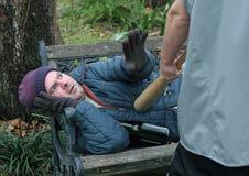Hombre sin hogar - postura defensiva Imágenes de archivo libres de regalías