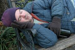 Hombre sin hogar - primer del banco de parque Imagenes de archivo