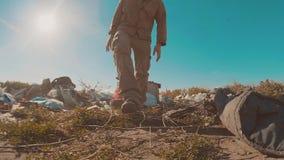 Hombre sin hogar sucio de la forma de vida en el vídeo de la cámara lenta de la descarga persona destechada sin hogar que busca l metrajes