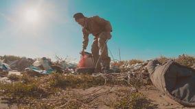 Hombre sin hogar sucio en el vídeo de la cámara lenta de la descarga de la forma de vida persona destechada sin hogar que busca l almacen de metraje de vídeo