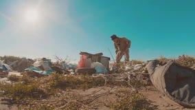 Hombre sin hogar sucio en el vídeo de la cámara lenta de la descarga persona destechada sin hogar de la forma de vida que busca l almacen de metraje de vídeo