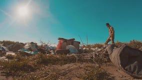 Hombre sin hogar sucio en el vídeo de la cámara lenta de la descarga persona destechada sin hogar de la forma de vida que busca l almacen de video