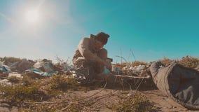 Hombre sin hogar sucio en la forma de vida el vídeo de la cámara lenta de la descarga persona destechada sin hogar que busca la c almacen de metraje de vídeo