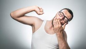 Hombre soñoliento divertido foto de archivo