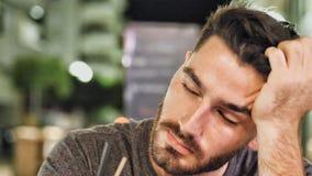Hombre soñoliento joven bebido afuera en la noche imagen de archivo