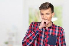 Hombre soñoliento que bosteza fotografía de archivo