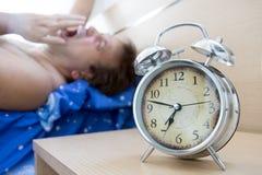 Hombre soñoliento que se despierta en la mañana foto de archivo libre de regalías