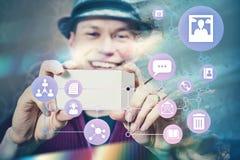 Hombre social del concepto de Internet efímero medios que toma la foto fotos de archivo libres de regalías