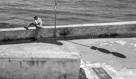 Hombre solamente con el teléfono móvil en Gallipoli, Italia Fotos de archivo libres de regalías