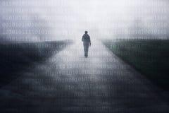 Hombre solamente en el camino de niebla con números binarios imagenes de archivo