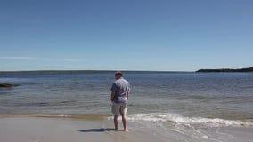 Hombre solamente en la playa almacen de metraje de vídeo