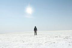 Hombre solitario en campos del invierno fotografía de archivo