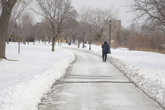 Hombre solitario que camina a lo largo de las playas de Toronto Fotos de archivo libres de regalías