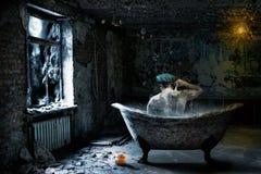 Hombre solo en cuarto de baño abandonado Fotografía de archivo libre de regalías