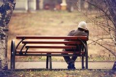 Hombre solo en el banco Fotos de archivo libres de regalías
