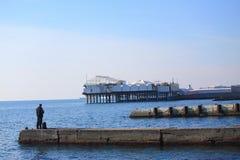 Hombre solo en el embarcadero en Sochi foto de archivo