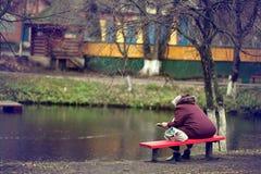 Hombre solo en el otoño del banco, invierno Imagen de archivo