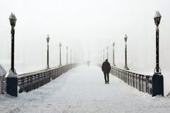 Hombre solo en el puente Fotografía de archivo libre de regalías