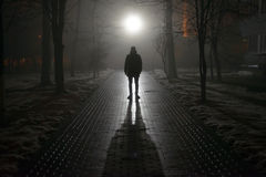 Hombre solo en la niebla en la noche fotos de archivo