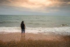 Hombre solo en la playa Fotos de archivo libres de regalías