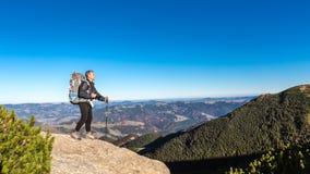 Hombre solo en pico en montañas cárpatas Fotografía de archivo libre de regalías