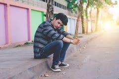 Hombre solo que se sienta en la calle Foto de archivo libre de regalías