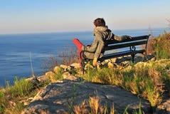 Hombre solo que se sienta en la playa Fotos de archivo libres de regalías