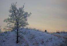 Hombre solo que se sienta en montain Imagen de archivo