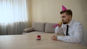 Hombre solo triste en sombrero del partido que celebra cumpleaños solamente, depresión, crisis metrajes