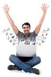 Hombre sonriente acertado con el ordenador portátil imagenes de archivo