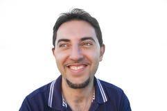 Hombre sonriente aislado en el fondo blanco. Foto de archivo libre de regalías