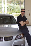 Hombre sonriente al lado del nuevo coche Fotos de archivo libres de regalías