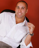 Hombre sonriente atractivo imagen de archivo libre de regalías