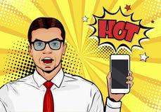 Hombre sonriente atractivo con el teléfono en la mano en estilo cómico Ejemplo del vector del arte pop en estilo cómico retro Adv ilustración del vector