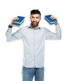 Hombre sonriente barbudo joven con los libros en manos en blanco Imagen de archivo libre de regalías