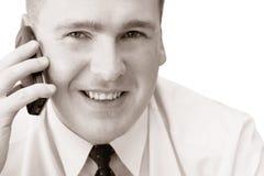 Hombre sonriente con el teléfono celular Foto de archivo libre de regalías