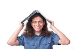 Hombre sonriente con la computadora portátil en su hea foto de archivo libre de regalías