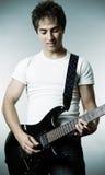 Hombre sonriente con la guitarra Fotos de archivo libres de regalías