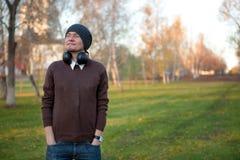 Hombre sonriente con los auriculares Imagen de archivo libre de regalías