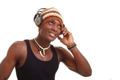 Hombre sonriente con los auriculares grandes Fotos de archivo