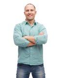 Hombre sonriente con los brazos cruzados Imagen de archivo libre de regalías