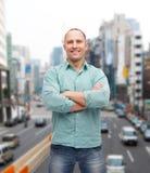 Hombre sonriente con los brazos cruzados Foto de archivo libre de regalías