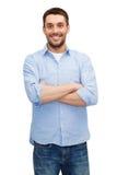 Hombre sonriente con los brazos cruzados Imágenes de archivo libres de regalías