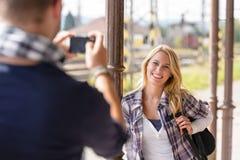 Hombre sonriente de la mujer que tarda sus vacaciones de la imagen Fotos de archivo