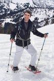 Hombre sonriente del esquí del campo a través fotografía de archivo