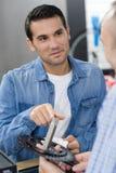 Hombre sonriente del retrato que trabaja en tienda de alquiler de la bici Foto de archivo