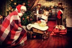 Hombre sonriente divertido en la Navidad Fotos de archivo