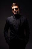 Hombre sonriente elegante en desgaste formal negro Foto de archivo