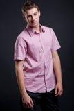 Hombre sonriente en camisa rosada Foto de archivo libre de regalías