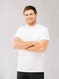Hombre sonriente en camiseta blanca en blanco Fotos de archivo libres de regalías